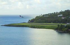 Les Caribs L'avion débarque à l'aéroport de l'île du St Lucia Image libre de droits