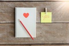 Les carnets, panneaux d'agrafe, bloc-notes, crayon disposé dedans est le meani Image stock