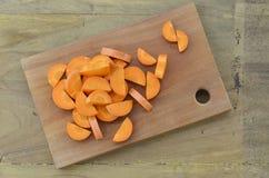 Les carottes ont coupé profondément sur la planche à découper photographie stock