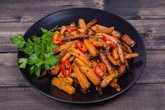 Les carottes rôties dans le plat noir, se ferment  Photo libre de droits