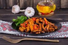 Les carottes rôties dans le plat noir, se ferment  Photographie stock libre de droits