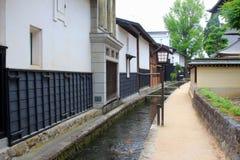 Les carpes pêchent le village Hida Furukawa, Japon de maisons de rivière images libres de droits