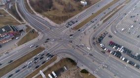 Les carrefours dans la ville, voitures conduisent en avant rapide banque de vidéos