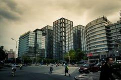 Les carrefours devant le bâtiment de réseau de Sohu image stock