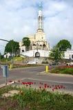 Les carrefours s'approchent de l'église de la rue Roch en Bi Images libres de droits