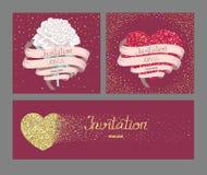 Les cartes d'invitation de mariage avec le longs ruban et or ont donné à des coeurs une consistance rugueuse Images libres de droits