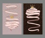 Les cartes d'invitation de mariage avec le longs ruban et or ont donné à la couronne une consistance rugueuse Photo stock