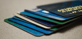Les cartes de crédit se ferment vers le haut image stock