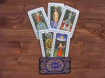 Les cartes de l'occasion et de la fortune, cartes de tarot se ferment sur le fond en bois Photos stock