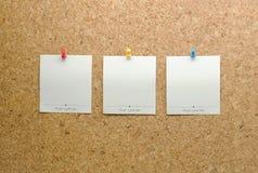 Les cartes de papier signalées sur un liège embarquent avec la goupille de pointe Images stock