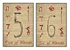 Les cartes de tarot en rouge Cinq et six de baguettes magiques Photographie stock libre de droits