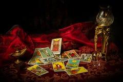 Les cartes de tarot ont écarté et ont dispersé sur le Tableau au petit bonheur Image stock