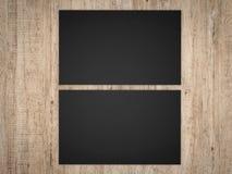 Les cartes nominatives noires affrontent et noircissent sur le fond en bois Photo libre de droits