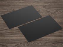 Les cartes nominatives noires affrontent et noircissent sur le fond en bois Photo stock