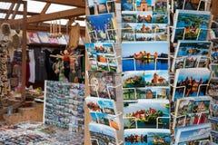 Les cartes postales sur des supports avec des vues de Trakai se retranchent Image stock