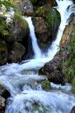 Les cascades à écriture ligne par ligne dans les dolomites italiennes s'approchent de Stenico Photos stock