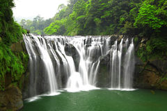 Les cascades à écriture ligne par ligne shifen dedans Taiwan photo libre de droits