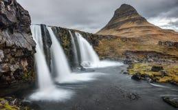 Les cascades chez Kirkjufell iconique, Islande Images stock