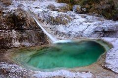 Les cascades d'une petite étangs forme de courant de petits de l'eau pure photographie stock libre de droits