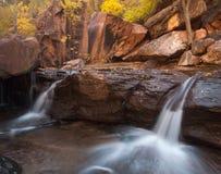 Les cascades jumelles circulent sur des rebords de grès rouge Images libres de droits