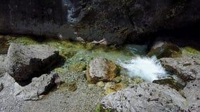 Les cascades, le courant et l'eau claire et claire de Val Vertova banque de vidéos