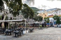 Les Casemates ajustent avec des barres et des restaurants au centre de la ville du Gibraltar Photo stock