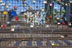 Les casiers au pont de Hohenzollern symbolisent l'amour pour jamais Photos libres de droits