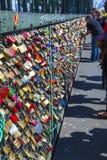Les casiers au pont de Hohenzollern symbolisent l'amour pour jamais Photographie stock libre de droits