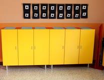 Les casiers des enfants dans le vestiaire de la crèche Photographie stock libre de droits