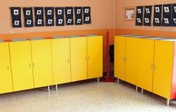 Les casiers des enfants dans le vestiaire de la crèche Photo stock