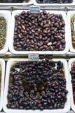 Les casse-croûte olives mélangés sur le marché montrent des plateaux Barcelone Espagne Photographie stock