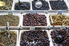 Les casse-croûte olives mélangés sur le marché montrent des plateaux Barcelone Espagne Images stock