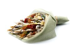 Les casse-cro?te, poissons secs, pistaches ont emball? sous forme de bouquet sur un fond blanc photos stock