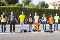 Les Catalans ont fait une chaîne d'humain de l'indépendance de 400 kilomètres Photos libres de droits
