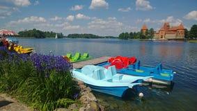 Les catamarans sont le contexte du château de Trakai photo libre de droits