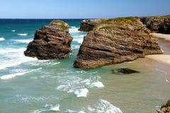 Les cathédrales échouent dans la marée basse avec des roches erosioned par l'action de la mer images stock