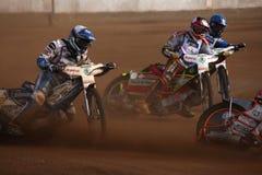Les cavaliers de speed-way concurrencent sur la voie dans Pardubice, République Tchèque images stock