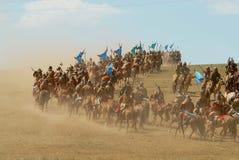Les cavaliers mongols de cheval participent à l'exposition historique traditionnelle de l'ère de Genghis Khan dans Ulaanbaatar, M photographie stock