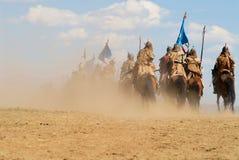 Les cavaliers mongols de cheval participent à l'exposition historique traditionnelle de l'ère de Genghis Khan dans Ulaanbaatar, M photo stock