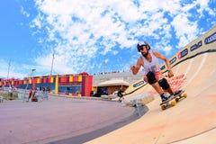 Les cavaliers professionnels chez le Longboard croisent la concurrence aux jeux extrêmes de Barcelone de sports de LKXA Photo stock