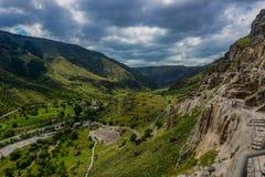 Les cavernes de Vardzia aménagent la vue en parc panoramique photographie stock libre de droits