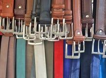 Les ceintures masculines et femelles sont dans la boutique images stock