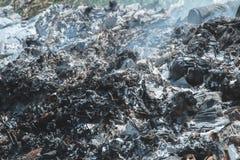 Les cendres donnent une consistance rugueuse de la pollution de cause d'incinération des déchets photographie stock