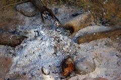 Les cendres sur la prise de masse après grillent le long de la nuit Photographie stock