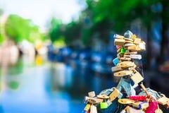 Les centaines colorées de cadenas-amour ferme à clef sur le canal à Amsterdam, Pays-Bas Image stock