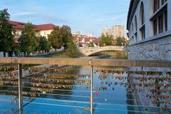 Les centaines d'amour ferme à clef accrocher sur le pont à Ljubljana, Slovénie Photographie stock libre de droits