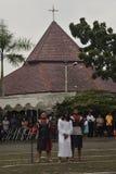 Les centaines de catholiques font le cortège de la croix par temps Semarang, vendredi 14 avril 2017 d'église du ` s de St Paul, d Images stock