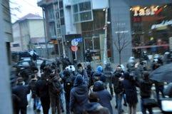 Les centaines de police dans le tenue anti-émeute ont entouré le secteur dans la capitale, Prishtina Kosovo Image libre de droits