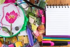 Les cercles avec la toile colorée filètent, des ciseaux et un carnet pour des diagrammes Copiez la pâte Images stock