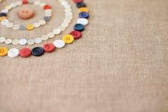 Les cercles de la couture colorée se boutonne avec l'espace de copie Images libres de droits